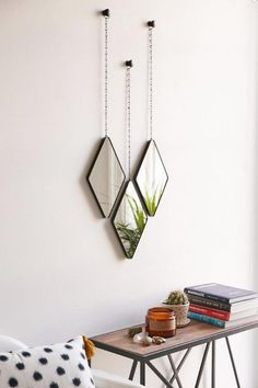 miroir mural design, miroirs suspendus au-dessus d'une table de chevet industrielle