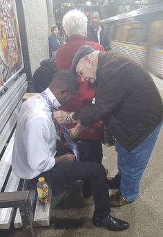 This picture of an older unidentified man helping a younger man tie his tie in Atlanta's Lindbergh Center train station is rapidly spreading online, with people praising the act of kindness.