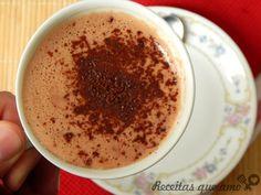 A minha versão de chocolate quente cremoso leva muito chocolate, um toque de conhaque e mel, o que deixa tudo ainda mais especial e gostoso. Eu já fiz