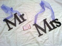 Decora las sillas de tu boda con estos bonitos carteles