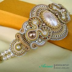 Naturalna Muszla Osmina, którą umieściłam w centrum bransoletki już kilkakrotnie występowała w mojej biżuterii, zwłaszcza w kolekcji...