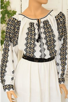 Ie Romaneasca Domnica - Chic Roumaine Folk Embroidery, Embroidery Patterns, Cross Stitch Cushion, Filet Crochet, Fashion Pants, Bell Sleeve Top, Costumes, Outfits, Manual