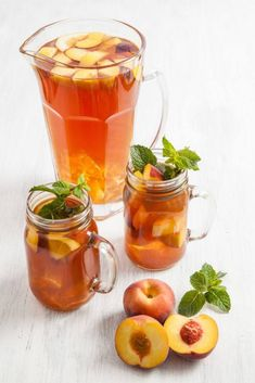 Make iced tea yourself - Recipes & Tips - Sweets & Lifestyle® - Delicious refreshing homemade peach ice tea based on a recipe from Sweets and Lifestyle - Homemade Peach Iced Tea Recipe, Iced Tea Recipes, Homemade Ice, Detox Recipes, Cocktail Recipes, Summer Recipes, Smoothie Recipes, Dessert Recipes, Making Iced Tea