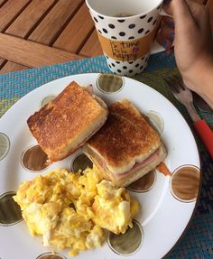 A imagem pode conter: xícara de café, comida e área interna Quick Healthy Breakfast, Healthy Snacks, Healthy Recipes, Snap Food, Food Platters, Food Goals, Aesthetic Food, Food Cravings, Food Inspiration