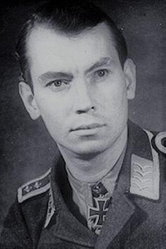 Oberleutnant Konrad Bauer (1919-1990), Ritterkreuz 31.10.1944 als Feldwebel und Flugzeugführer in der 5./Jagdgeschwader 300 ✠ 68 Luftsiege, 416 Feindflüge. Bei Kriegsende Staffelkapitän 5./JG 300. Eingereicht zum Eichenlaub verliehen.