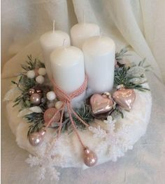 Elegant and Simple Christmas Table Centerpiece Ideas That Easy to Make 026 Advent Candles, Christmas Candles, Pink Christmas, Simple Christmas, Christmas Themes, Christmas Wreaths, Advent Wreaths, Nordic Christmas, Reindeer Christmas