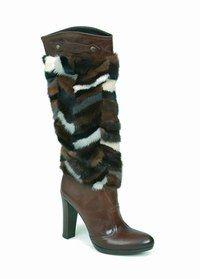 Boots et bottes - Chaussures hiver 2006-2007 - In-dé-trô-nables ! Qu'elles soient cavalières, à boucles, richement travaillées voire agrémentées de fourrure, boots et bottes comblent les fashionistas. Parfaites pour isoler des refroidissements hivernaux...