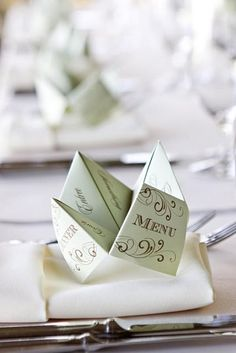 Remember the cootie catcher game you played in grade school? Add fun and nostalgia to your wedding by using a cootie catcher menu! This is what Pierre would like? Wedding Reception, Wedding Day, Wedding Parties, Wedding Foods, Diy Wedding, Wedding Tables, Elegant Wedding, Wedding Venues, Deco Table