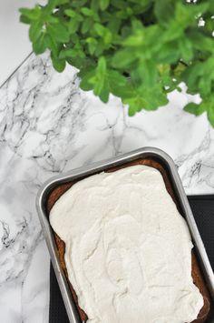 Karottenkuchen mit Kokos-Cashew-Frosting | www.kathiescloud.com