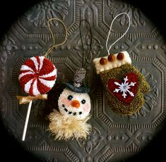 Primitive Christmas Decorating, Christmas Crafts, Christmas Ornaments, Punch Needle Patterns, Cross Stitch Finishing, Simple Cross Stitch, Penny Rugs, Rug Hooking, Embroidery Patterns