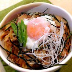お昼は旨煮の残りをアレンジ☆ ニンニク醤油のタレがまた食欲をそそりますo(≧∀≦)o - 55件のもぐもぐ - 親子丼 by atsu1143