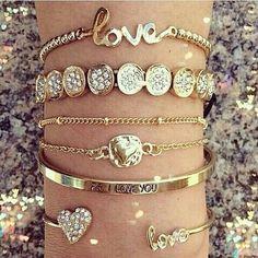 Pulseirismo do dia 💕Qual vc gosta mais?#itgirlsbrazil #pulseiras #pulseirismo #Instaglam #love #follow #linda #luxury #fashion #ootd #photoshoot #inspiration #fblogger #instajewery #inspiração #girls #fashionpost #golden #dourado #look #dodia #afternoon #boatarde 💓