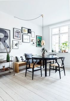 A dining room decorated with vintage table and chairs found on a flea market. A playful dining room with space and room for diversity.