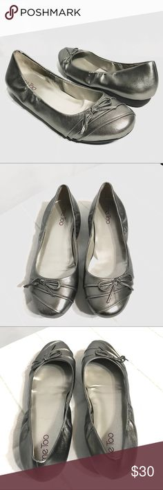Me Too Silver Metallic Ballerina Flats Size 7M Me Too Silver Metallic Ballerina Flats Size 7M Silver color; Bow detail; Leather upper; Balance manmade; SCE0564L0118002 me too Shoes Flats & Loafers