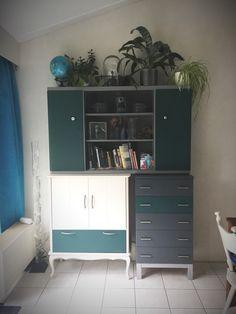 Zelf samengestelde en geschilderde kast uit 3 oude kasten.  Plek voor speelgoed, laptop en boeken en spulletjes. Recycled Furniture, Dresser Drawers, Bedroom Storage, Home Furnishings, Corner Desk, Pallet, Ikea, How To Make, Inspiration