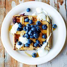 De beste wafels komen oorspronkelijk uit Belgie, maar je maakt ze met dit recept ook heel makkelijk in je eigen keuken. Serveer met vers fruit, een beetje honing en wat yoghurt als ontbijt of brunch. Je kunt de wafels ook de avond van te voren lekker...
