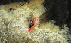 Kayakiste en eau vive dans un canyon au Québec. Photo : Bejamin Gagnon