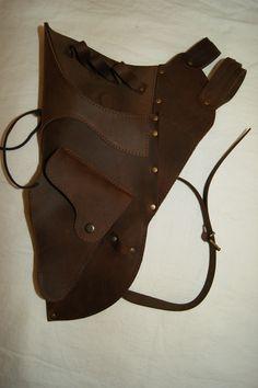 Carcaj tradicional de cinturón realizado de forma artesana en piel de vacuno de muy alta calidad y con bolsillo en la parte inferior. http://www.eltallerdelarosa.com/portaflechas/483-carcaj-de-cinturon-4510.html