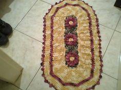 tapete oval em tom degrade amarelo com flores bordo R$ 50,00