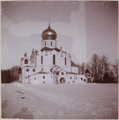 Tsarskoe Selo 1912 - 1913, inverno: A frente da Catedral Feodorovsky (construído por Nicolau II e só recentemente concluído, nesse momento, a catedral foi parcialmente destruída durante a Segunda Guerra Mundial e do período soviético)
