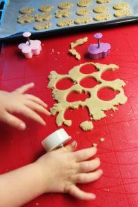 Odlehčené máslové sušenky – bez cukru a vajec | Mámy s rozumem Gingerbread Cookies, Desserts, Food, Gingerbread Cupcakes, Ginger Cookies, Meal, Deserts, Essen, Hoods