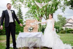3... 2... 1... Liftoff! Und da heben sie ab, herrlich wie die Hochzeitstauben davonfliegen!  #Hochzeit #wedding #brautpaar #tauben # hochzeitstauben