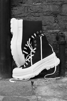 Alexander McQueen's Tread Slick Sneaker Line Spotlighted in Nature: Captured by photographers from the UK, France, Italy and Germany. Fancy Shoes, Trendy Shoes, Me Too Shoes, Alexander Mcqueen Schuhe, Sneakers Fashion, Fashion Shoes, Men Fashion, Nylons, High Top Sneakers