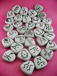 Les pierres avec lesquelles Rune a été trouvée enfant.