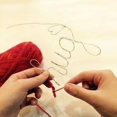 毛糸を使った温かみのあるインテリア『ウールレター』って知っていますか?リリアンで編んだ紐に針金を通してメッセージやモチーフの形を作ったもので、壁にかけたり、棚にたてかけたりして部屋をより華やかにするアイテムです。そのウールレターが毛糸を巻くだけで簡単に作れて、しかも100均で材料が全て揃うんです!DIY 初心者さんにもぜひ作ってもらいたい、簡単ウールレターの作り方をご紹介します。   ページ1