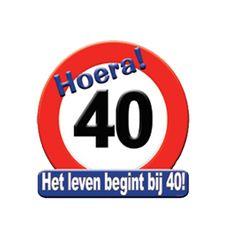 Hulde stopbord 40 jaar. Rond hulde stopbord met de tekst: Hoera 40 Het leven begint bij 40! Het materiaal van het hulde stopbord 40 jaar is Karton. Formaat: 50 x 50 cm.