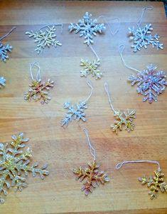 Schöne Glitzer Schneeflocken selber machen. Diese tollen DIY Schneeflocken könnt ihr aus Heißkleber einfach selber basteln. Diese festlichen DIY Schneeflocken sind wunderschöner Baumschmuck oder tolle Geschenkanhänger. Die Bastelanleitung gibt es wie immer bei Frantasiaaa Bastelblog