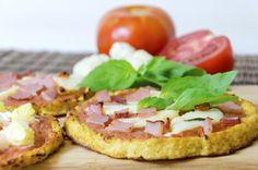 Pizza sănătoasă fără făină este un tertip culinar care sigur te va încânta când vrei să reduci carbohidraţii din alimentaţie. Practic, blatul pentru pizza din făină va fi înlocuit de un blat de pizza din ... conopidă. Leguma aceasta este foarte versatilă, iar gustul ei este asemănător cu cel al făinoaselor.