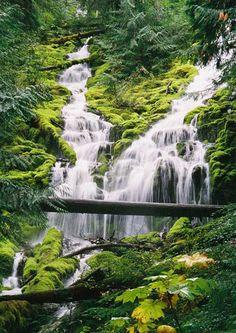 """"""" Cataratas las Tres Hermanas """" znamená """"vodopád troch sters"""". Tieto vodopády sú 3.000 stôp na ich výške. Sú umiestnené v Rio Cutivireni v Peru."""