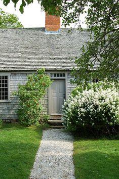 Bygone Living: Martha's Vineyard (Part I)! Marthas Vinyard, Mobile Home Exteriors, Cape Cod Cottage, Gravel Path, Hardscape Design, Exterior Siding, Cabins And Cottages, Back Gardens, Garden Paths