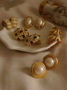 Indian Jewelry Earrings, Gold Jewelry, Jewelery, Flower Jewelry, Gold Earrings Designs, Ring Designs, Vintage Costume Jewelry, Vintage Costumes, Screw Back Earrings