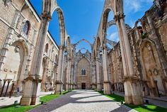 A Lisbona, per cercare la luce | via Vanity Fair Italia | 04/04/2016 I suoi palazzi scintillano candidi ai confini d'Europa, la luce è trasparente, l'animo parla e si trasforma in musica. Ecco perché andarci #Portugal #Portogallo