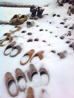 klompen in de sneeuw