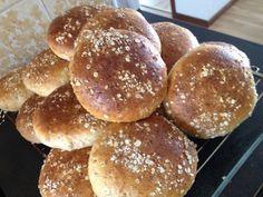 Saftiga grötbullar med kross | söndagsfika.se Hamburger, Bread, Breakfast, Food, Morning Coffee, Brot, Essen, Baking, Burgers