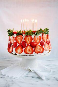 Preciosa tarta de fresa para celebraciones especiales