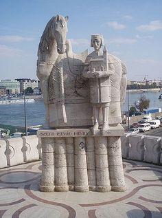 Statua di Santo Stefano davanti alla cappella nella roccia