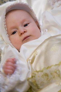 Fôret dåpspose, en tilnærmet kopi av den som Tordenskiold brukte i dåpen. Originalen finnes på museum i København, men den er flere meter lenger.  Denne er som en vanlig babypose som kan reguleres i lengde. Et nydelig kunstverk med gullbrokade og gullblonder. Dåpspose Tordenskiold kan brukes til å bære barnet inn og ut fra dåpen, eller som et svært eksklusivt dåpspledd. Vans, Van