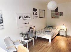 Helles, gemütliches WG-Zimmer mit Bett, Kunstdrucken, Bildern und gemütlichem Sessel. #WGZimmer #Einrichtung