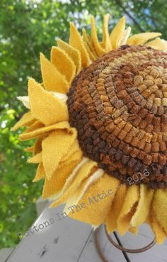 Rug Hooked Traditional Sunflower ~~ Primitive Home Decor ~~ Primitive Fall ~~Rustic ~~ Cottage Chic ~~ OFG Team  ~~ FAAP ~~ FRU ~~ by ButtonsInTheAttic on Etsy https://www.etsy.com/ca/listing/400865305/rug-hooked-traditional-sunflower