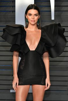 Kendall Jenner Looks Chic at Vanity Fair's Oscars Party: Photo Kendall Jenner looks so chic at the 2018 Vanity Fair Oscar Party at the Wallis Annenberg Center for the Performing Arts on Sunday night (March in Beverly Hills,… Kendall Jenner Photos, Kendall Jenner Outfits, Look Fashion, High Fashion, Fashion Design, Vetement Fashion, Looks Chic, Mode Inspiration, Beautiful Celebrities