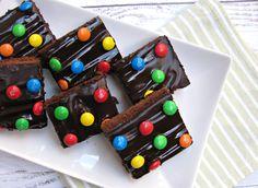 Sokféle brownie kering az internet világában, én elhoztam most nektek a kedvencemet. Csináltam már pereccel a tetején, sajtkrémesen és málnásan is, most a legegyszerűbb csokisat mutatom meg. Több előnye is van, nem csak, hogy nagyon egyszerű, de kevés ideig is sül, sőt a csoki imádok körében a siker…