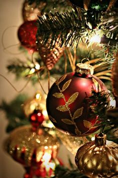 Red and gold Christmas ornaments Elegant Christmas, Merry Little Christmas, Noel Christmas, Christmas Wishes, Christmas Colors, Beautiful Christmas, Winter Christmas, Christmas Bulbs, Christmas Trimmings