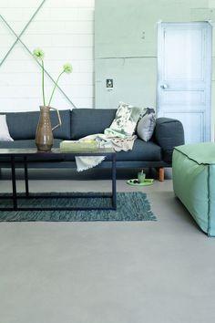 Een goed alternatief voor de gietvloer met dezelfde uitstraling is een Novilon vloer in betonlook uit de vtwonen huiscollectie.