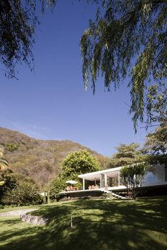 A Farnsworth-inspired Weekend House on the Edge of a Volcano's Crater