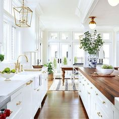 Awesome 80 White Kitchen Cabinet Makeover Design Ideas https://rusticroom.co/4264/80-white-kitchen-cabinet-makeover-design-ideas
