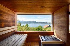 Sauna im Garten mit Fenster und Blick auf den See Sauna Steam Room, Sauna Room, Sauna Wellness, Outdoor Sauna, River Lodge, Whirlpools, New Homes, Lounge, Windows